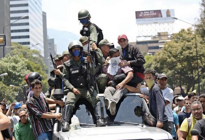 À Caracas, des militaires sur une voiture de partisans de Juan Guaidó. © REUTERS/Carlos Eduardo Ramirez