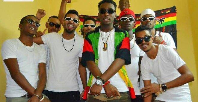 """Le chanteur """"Nijeiri"""" au centre, entouré des danseurs et fans qui l'accompagnent à ses concerts. / Photo sur les réseaux sociaux."""
