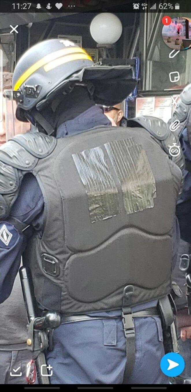 CRS avec identifiants masqués et insigne CRS sur la manche gauche © X