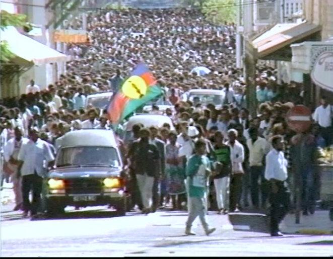Funérailles de Tjibaou et Yeiwéné à Nouméa. Extrait du film Tjibaou Le pardon de Walles Kotra et Gilles Dagneau (2006)