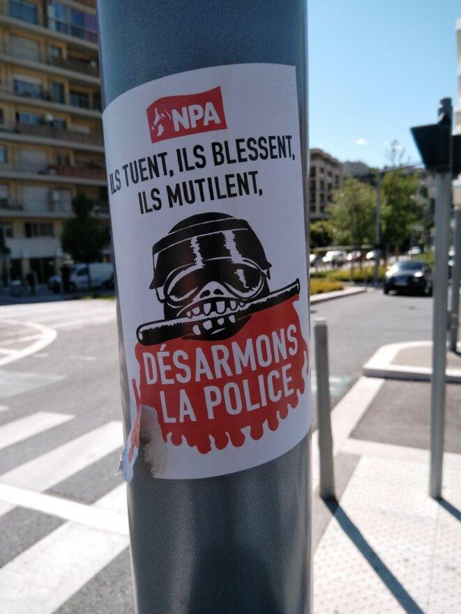 Affichette du NPA vue à Nice pour désarmer la police © Didier CODANI