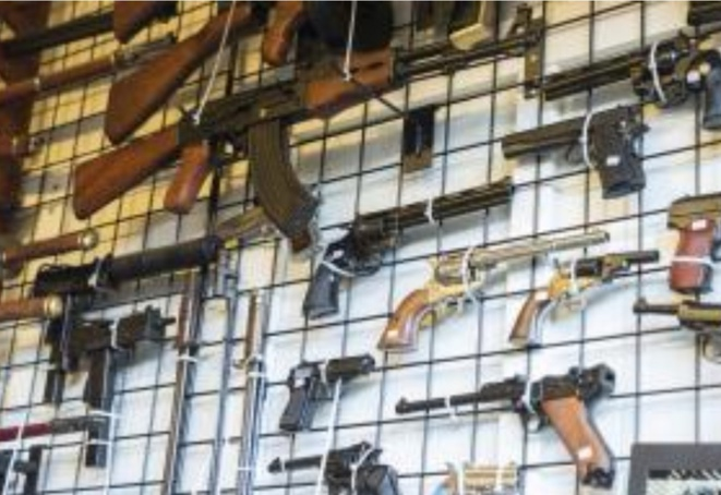 Les armes légères et petits calibres sont aussi sous la contrainte du Traité sur le Commerce des Armes, autant pour les vehicules blindés armés. La violation du protocole de ce traité est passible à des poursuites pénales.