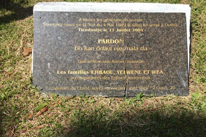 Plaque commémorative de la coutume de pardon, à coté de la tombe de Tjibaou à Tiendanite. Photo par Léopold Lambert (2018)