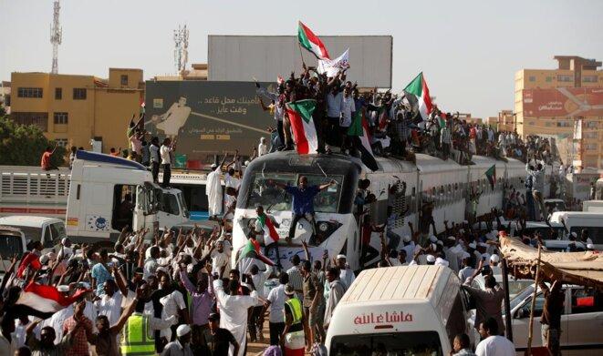 Arrivée d'un convoi de manifestants par train à Khartoum le 23 avril, en provenance de la ville d'Atabara, d'où avaient commencé les manifestations en décembre. / Umit Bektas, Reuters.