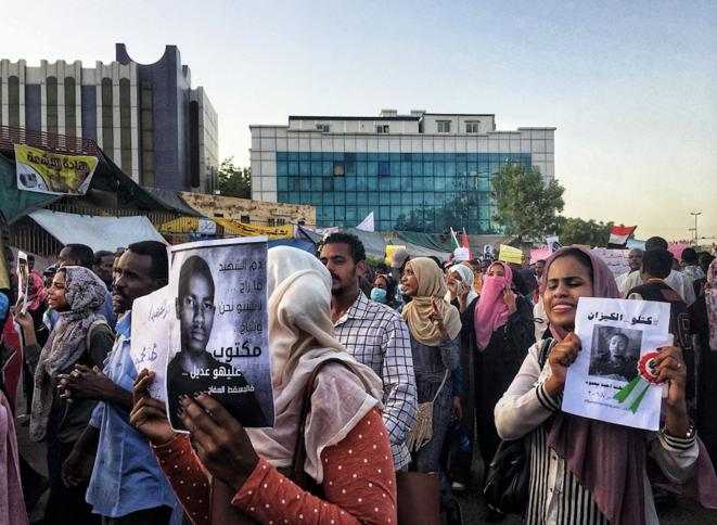 De nombreux cortèges sont formés pour demander justice pour les martyrs de la révolution, tués par les forces de sécurité loyales à al-Bashir. © OM