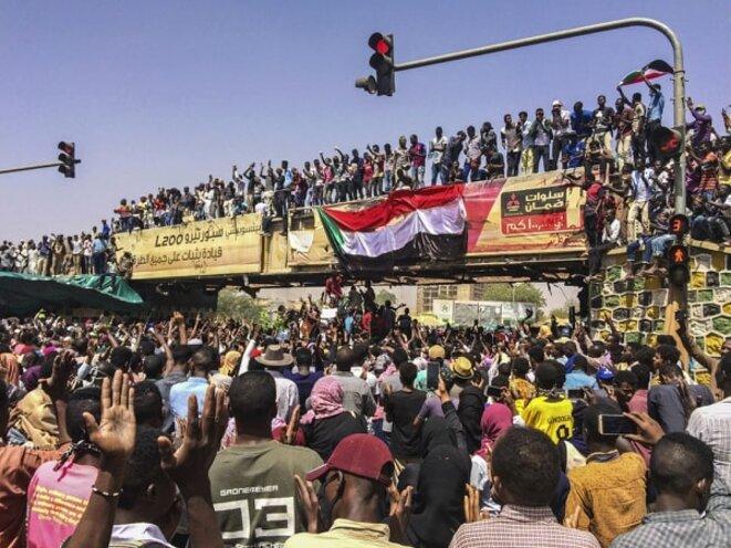 Photo d'une manifestation sur la place. / Photo sur les réseaux sociaux.
