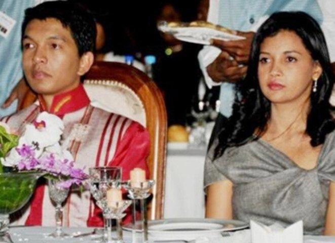 A.Rajoelina, adepte des plaggiats et des copies, se plaît avec sa femme, à porter des habilles des rois comme à l'époque des rois malgaches, il imite tantôt le roi Radama II tantôt le premier ministre Rainilairivony.