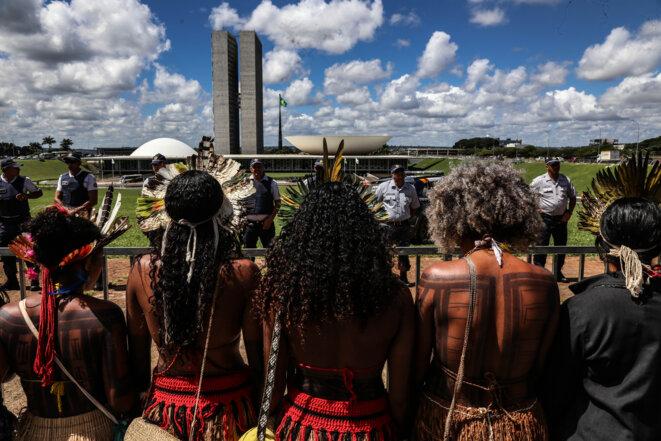Des femmes indigènes font face au cordon de policier déployé autour du Congrès, Brasilia, avril 2019. © Jean-Mathieu Albertini