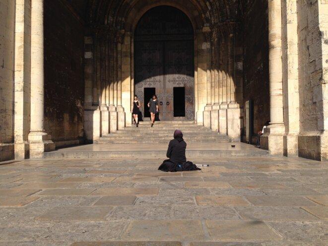 Eglise et femme sur le parvis © Photo libre de droit