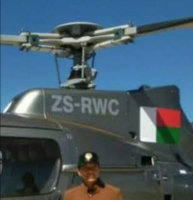 L'hélicoptère achetée par A.Rajoelina par l'intermédiaire du patron de GRAPHICLAND, Bernard Sandretto, qui est un professionnel de la sérigraphie publicitaire. Une operation de spéculation au détriment des contribuables malgaches avait été faite, au bas mot, ils ont pu dégagé 200.000€ de cash flow.