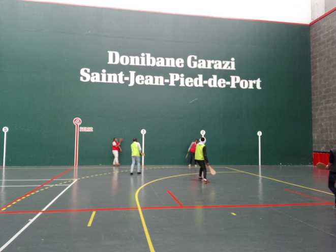 Issouf, Yacine, Zakir et Abdulwahid découvrent la pelote basque au Jai Alai