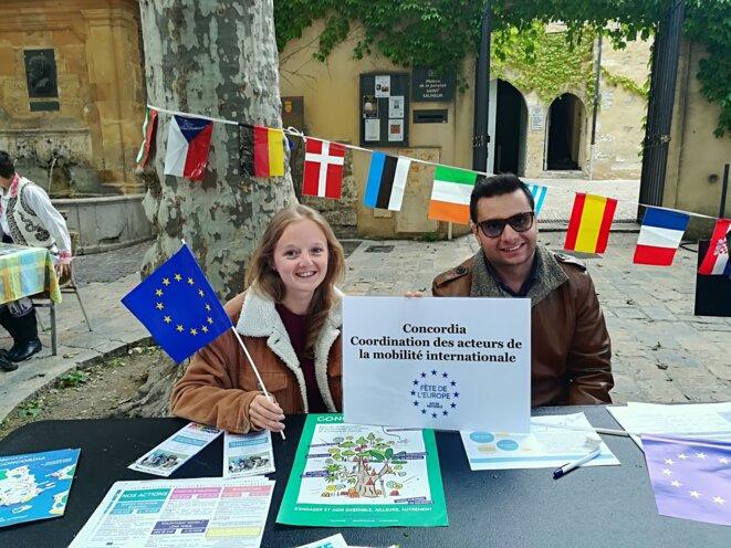Pour vivre et travailler en Europe, autant connaître l'association Concordia... Elle vient d'Italie et lui, d'Arménie. L'Europe, c'est aussi leur gentillesse et leur sourire.