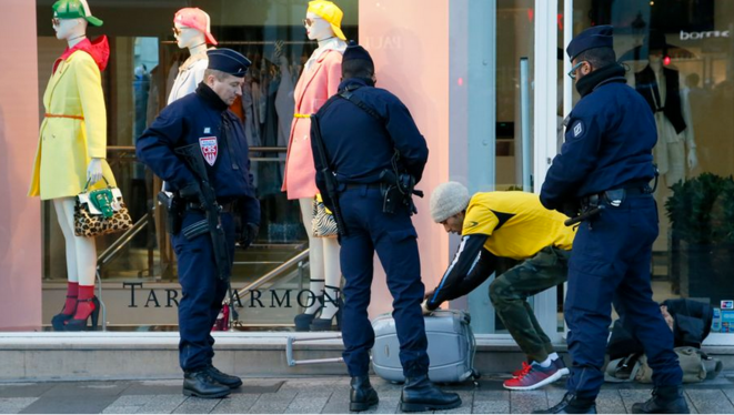 La vidéo ne permet pas de vérifier si une personne fait l'objet de contrôles répétés. © Reuters