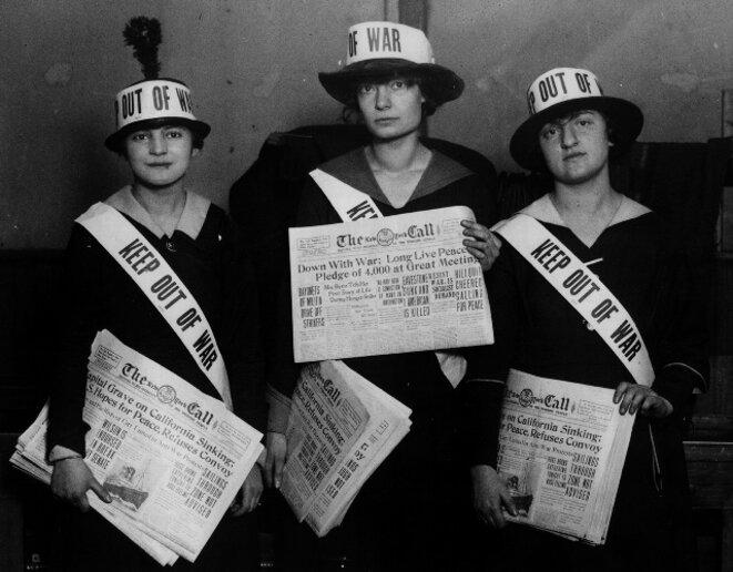 """1916. Au centre, Dorothy Day, fer de coeur des """"Catholic Workers"""", desquels Ciaron O'Reilly fait partie. D.Day est ici en campagne WWI protest été 1917, contre l'entrée en guerre des États-Unis. © Catholic Workers"""