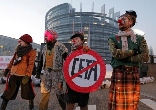 Des opposants au CETA en février 2017 à Strasbourg. © Reuters