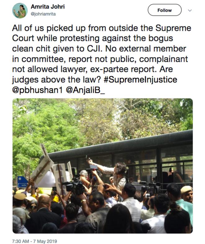 Rassemblement le 7 mai devant la Cour suprême à New Delhi. Les manifestantes sont arrêtées et mises dans le car de la police.