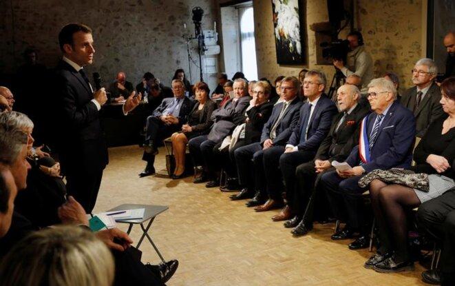 Emmanuel Macron lors d'un « grand débat » à Gargilesse-Dampierre, en février. © Reuters