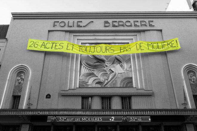 """""""26 Actes et toujours pas de Molière"""". Banderole déployée sur la façade des Folies Bergère lors de la 31ème cérémonie des Molières. © DR"""