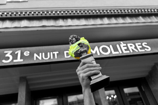 Les manifestants étaient venus décerner deux prix, un Molière d'honneur et un du déshonneur, en brandissant les véritables fameuses statuettes vêtues de gilets jaunes. © DR