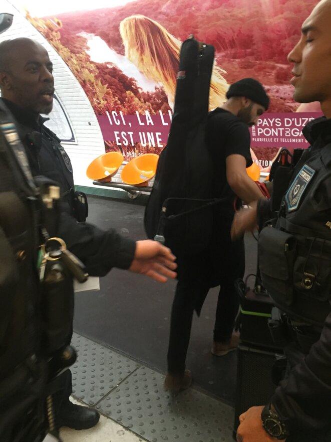 Éviction d'un guitariste du métro 2 © AB