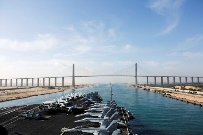 Le porte-avions « USS Abraham Lincoln » dans le canal de Suez en route vers le Golfe persique le 10 mai 2019. © Reuters