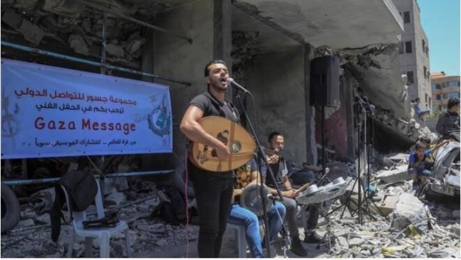 DAWAWEEN Groupe musical palestinien en résistance à L'Eurovision devant un bâtiment de Gaza bombardée par Israël © PALESTINE E'M.C.