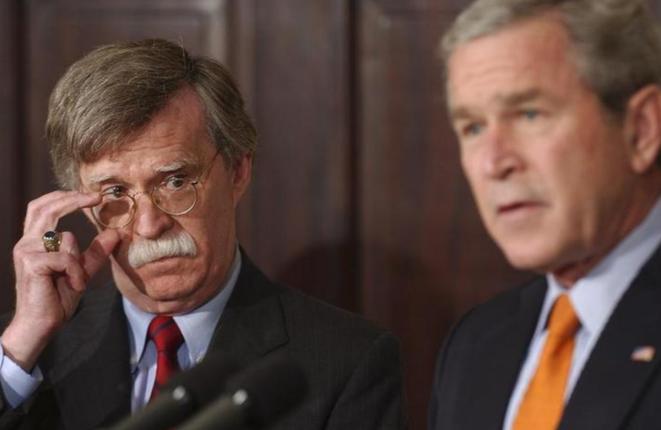 El 1 de agosto de 2005: George Bush (a la derecha) anuncia la nominación de John Bolton al puesto de embajador estadounidense en la ONU. © Reuters