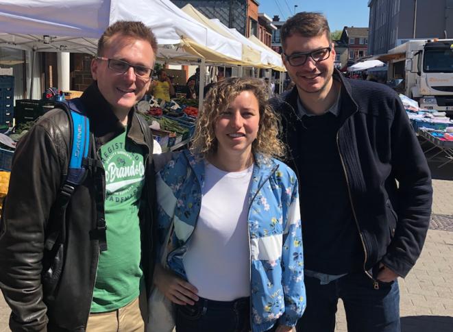 Sarah Schlitz, candidate à la députation, et deux autres candidats Ecolo lors d'une distribution de tracts à Liège. © FB. Mediapart