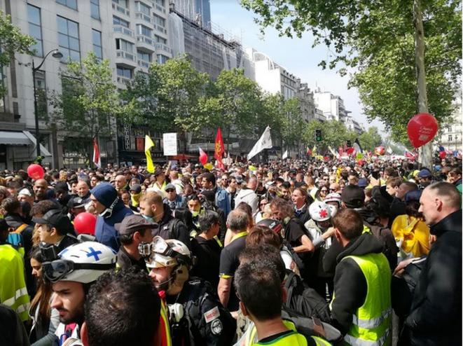 Gilest jaunes et militants syndicaux, dans le défilé du 1er mai 2019 à Paris © Dan Israel
