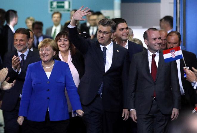 Le premier ministre croate Andrej Plenković avec Angela Merkel et le chef de file du PPE Manfred Weber, samedi 18 mai à Zagreb. © Reuters