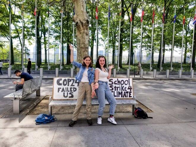 Alexandria Villesañor (à gauche) manifeste chaque semaine devant le siège des Nations unies, à New York. © Compte Twitter d'Alexandria Villesañor (@AlexandriaV)