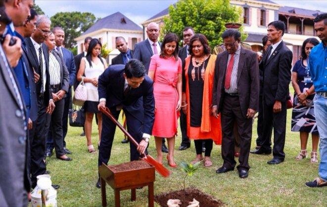 Cette photo symbolise beaucoup de choses, un A.Rajoelina le paysan et campagnard de la région, deux, courage travaille, nous mauriciens on sera présent au moment de la récolte, bref sur tous les plans les mauriciens ont plus de poids aux négociations que les dirigeants malgaches. Vingt ans avant cela, c'était le contraire, les malgaches étaient craints et respectés par les mauriciens, que ce soit en sport qu'en politique. .