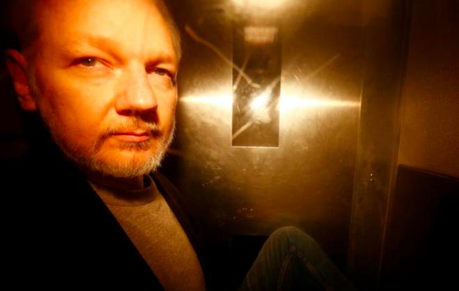 Julian Assange à Londres, le 1er mai, jour de sa condamnation à 50 semaines de prison. © Reuters