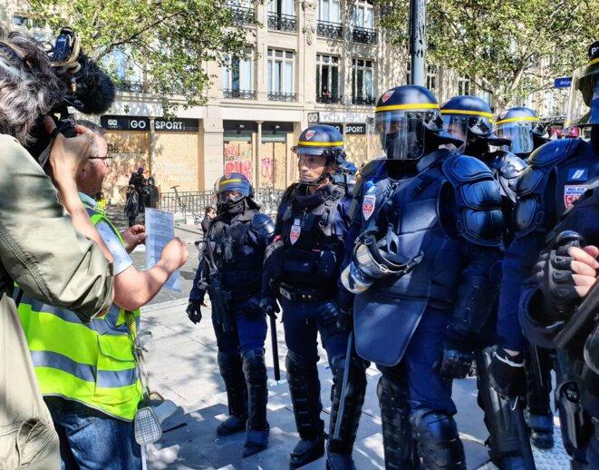 Quelques minutes avant mon interpellation, je capte cette image. Un pied de nez à l'ambiance chaotique qui régnait sur République.