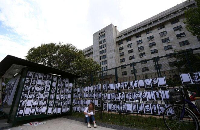 En 2017, à Buenos Aires, des portraits de disparus sur les grilles du tribunal où étaient jugés des tortionnaires. © Marcos Brindicci / Reuters