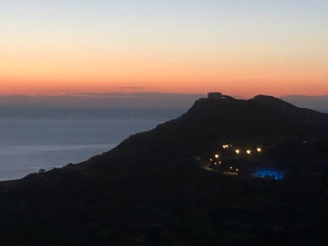 Au loin, les lumères du théâtre antique de Milos après le spectacle © Xavier Guelfi