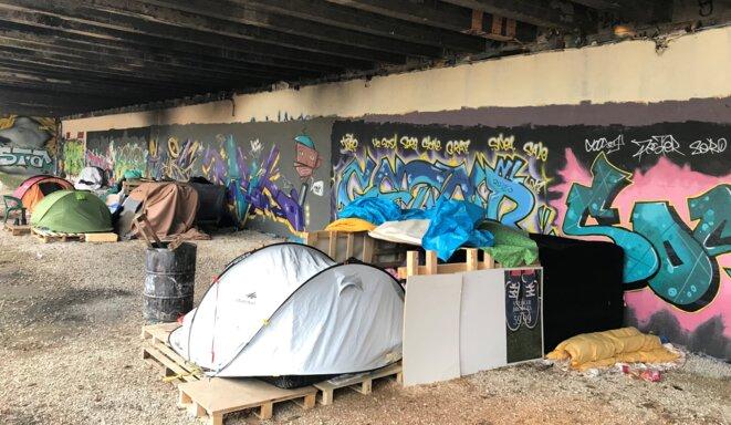 Campement de migrants et réfugiés, parking d'Arènes, à Besançon en 2018 [Photo YF]