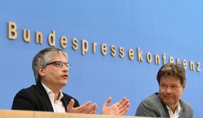 Sven Giegold, una de las cabeza de lista de Los Verdes alemanes para las elecciones europeas, y Robert Habeck, el líder del partido, en Berlín el 27 de mayo. © Reuters