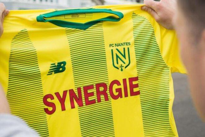 Le nouveau maillot du Football Club de Nantes, en compagnie de son nouvel emblème