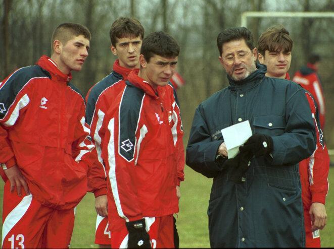 Cornel Dinu (à droite) et ses joueurs du Dinamo Bucarest, lorsqu'il dirigeait le club au début des années 2000. © Gazeta Sporturilor