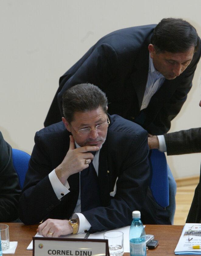 Cornel Dinu (en bas) et Ion Crăciunescu, l'arbitre roumain qu'il dit avoir corrompu en 1992 à la demande de Bernard Tapie. © Gazeta Sporturilor