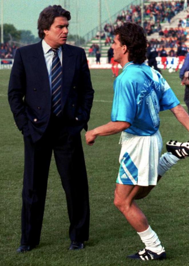 Bernard Tapie avec son joueur Jean-Jacques Eydelie peu avant le match achetéOM/Valenciennes le 20 mai 1993. © Reuters