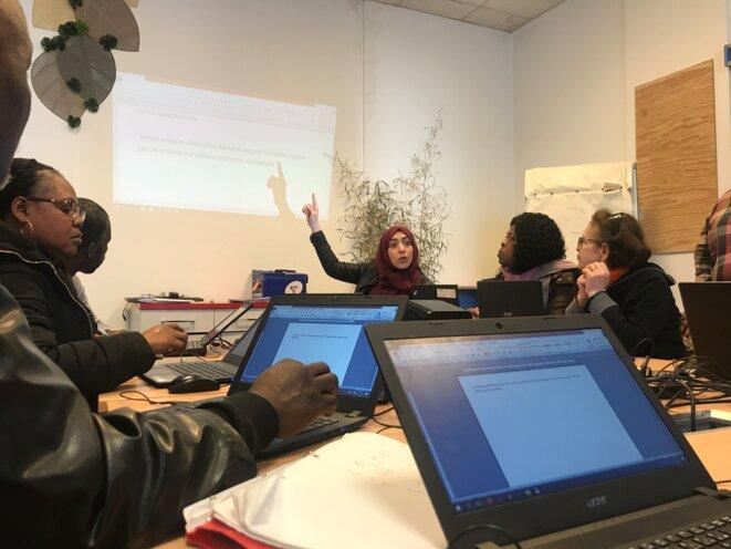 Houda El Ouali anime les ateliers Emmaüs Connect. © Rémi Simonet
