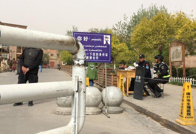 Un check-point au Xinjiang © Darren Byler