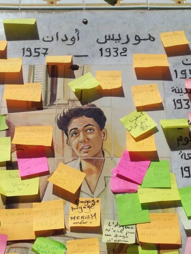 En mars 2019, à Alger, la céramique présente en l'honneur  de Maurice Audin, à la place qui porte son nom,  sur laquelle les manifestants étudiants ont posé des post-it.