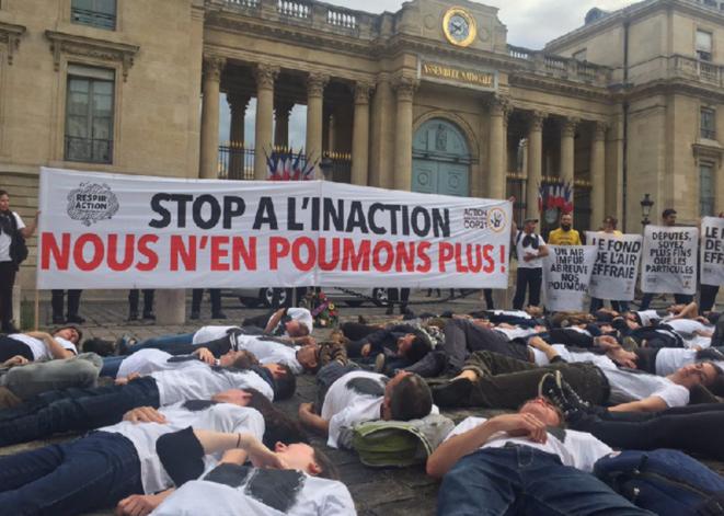 Action d'ONG mardi 4 juin, devant l'Assemblée nationale. © Twitter ANV-COP21