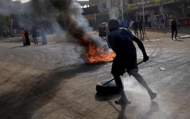 Khartoum (Soudan), le 3 juin 2019. Un manifestant tente d'ériger une barricade. © Reuters