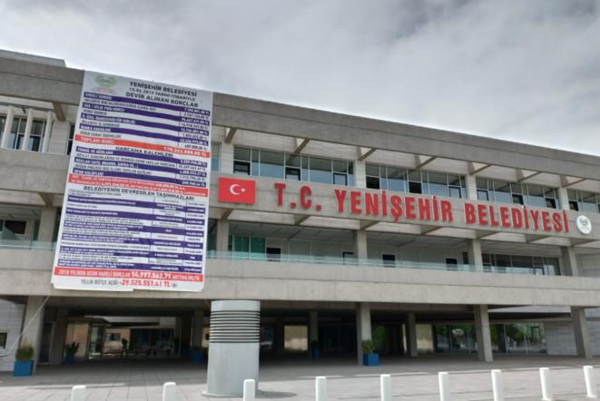 Sur la mairie de Yenisehir, à Diyarbakir, la nouvelle maire HDP Belgin Diken a fait afficher l'état des finances et la liste des biens immobiliers municipaux cédés par l'administrateur judiciaire. © NC