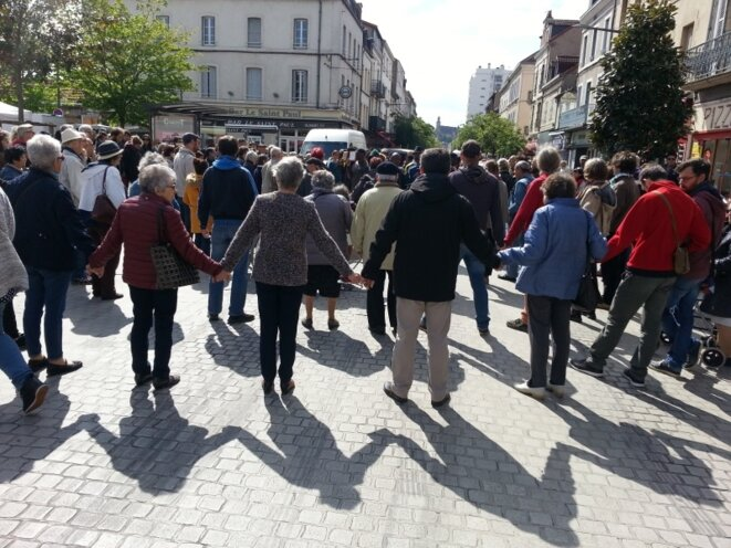 Le 12 mai dernier, un cercle de silence en soutien aux MNA de l'Allier a réuni, à l'initiative de RESF et LDH 03, entre 150 et 300 personnes sur le parvis de l'église Saint-Paul, à Montluçon. © RegardActu