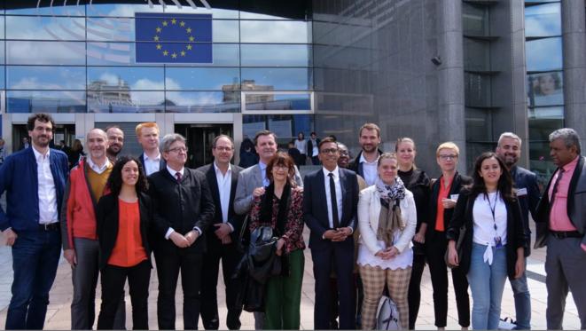 Les eurodéputés insoumis devant le Parlement européen, entourés des députés insoumis, le 6 juin. © LFI